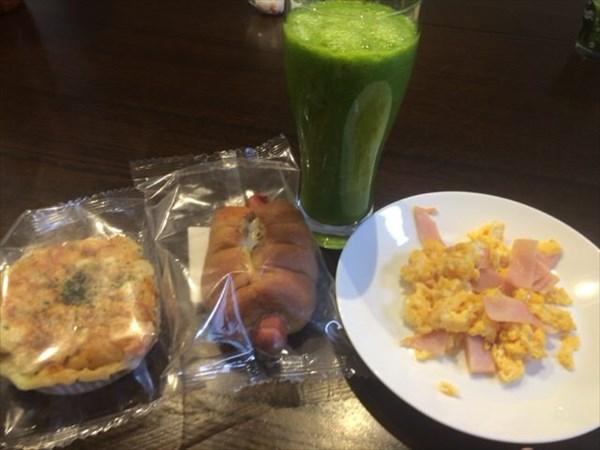 7/8の朝食で食べたライザップのブランウィンナーロールとチアシードなしグリーンスムージー