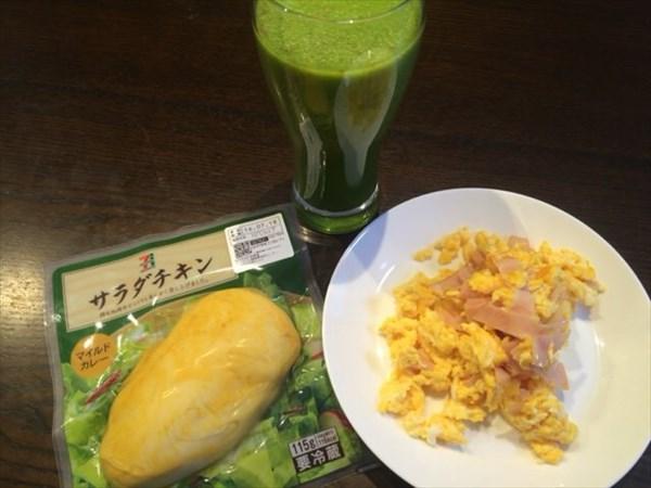7/11の朝食で食べたカレー風味のサラダチキンとグリーンスムージー