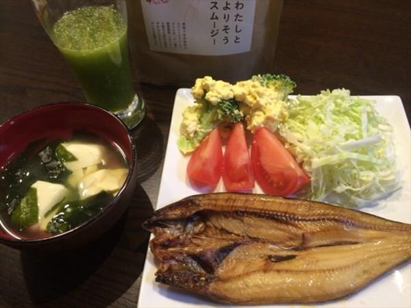 7/11の夕食で食べた焼き魚と味噌汁とチアシード入りスムージー