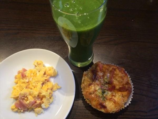 7/12の朝食で食べたライザップのピザパンと自家製グリーンスムージー