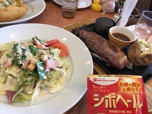 ファミレスでのステーキとサラダランチとシボヘール