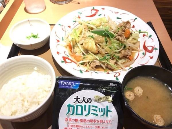 肉野菜炒め定食(大盛)と大人のカロリミット
