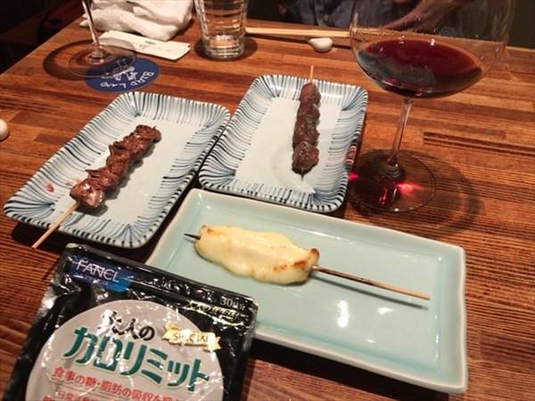 食べた焼き鳥の一部とワインと大人のカロリミット