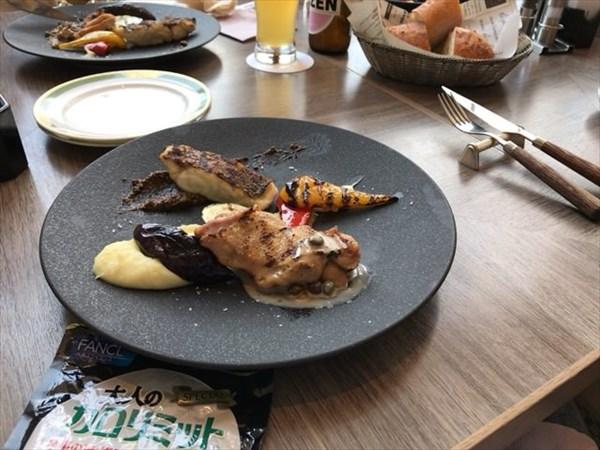 ランチコースのメイン料理とカロリミット