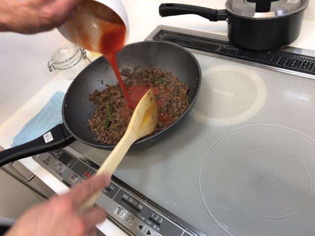トマトを入れて煮込む