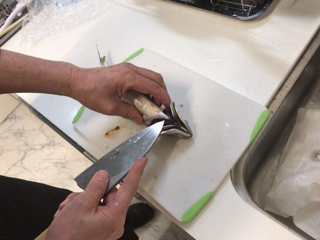 包丁の刃先でハラワタをかき出す