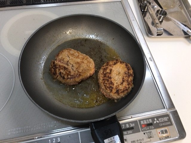 熱したフライパンに油をひいて焼く