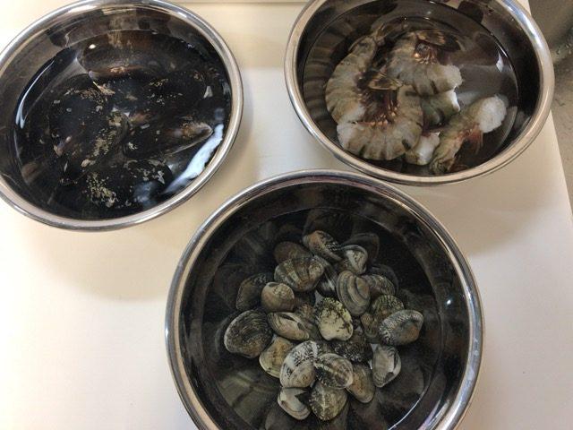 ムール貝、あさり、エビを塩水につけておく