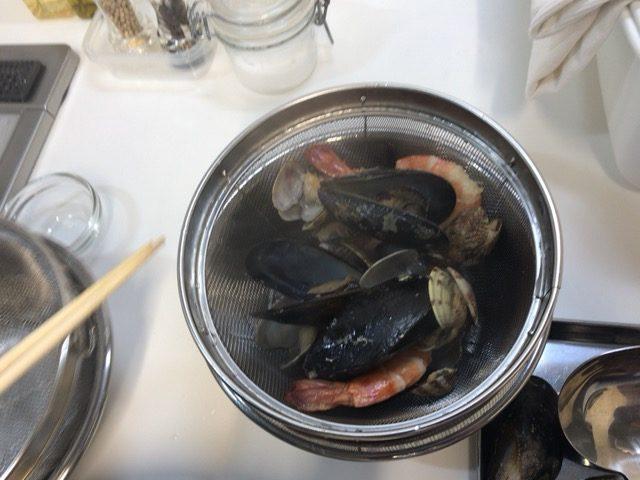 貝をスープを分ける