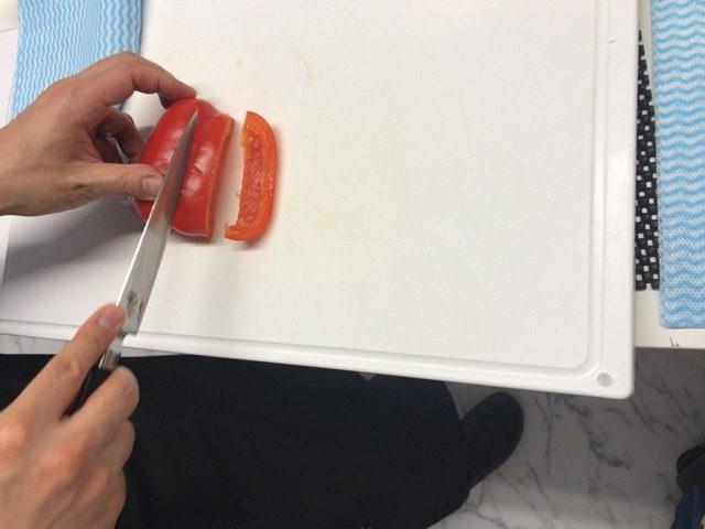 赤パプリカを切る