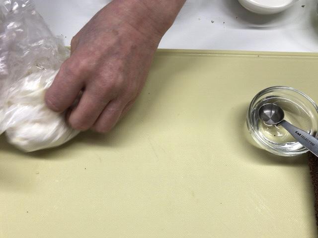 バターを細かくカットして小麦粉と混ぜる