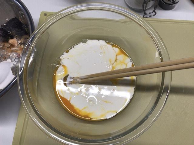 卵と生クリームを混ぜる