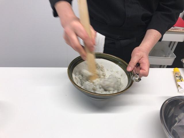 すり鉢で海老をつぶす